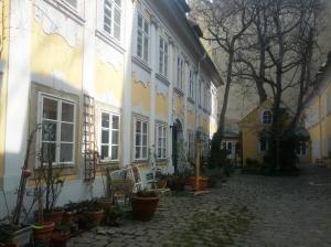 sunnycourtyard